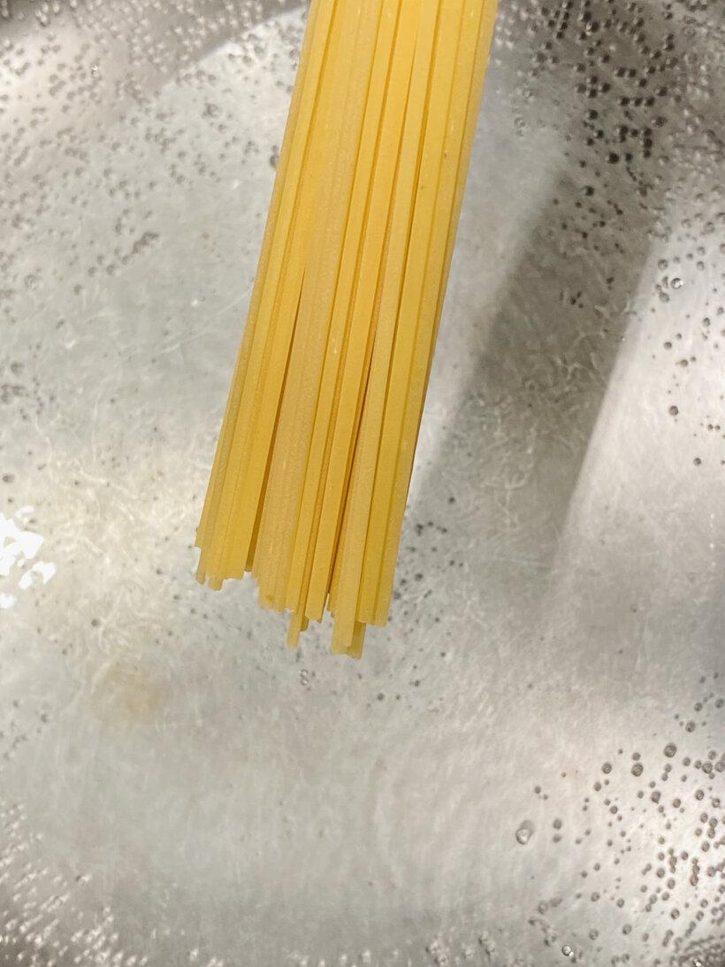 お鍋にたっぷりのお湯を沸かし、お塩を1%入れてパスタを茹でます。