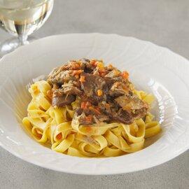 ホロホロ鳥モモ肉とリガーリエ、 〜ビネガーとスパイスのサルミ煮込みのタリアテッレ〜