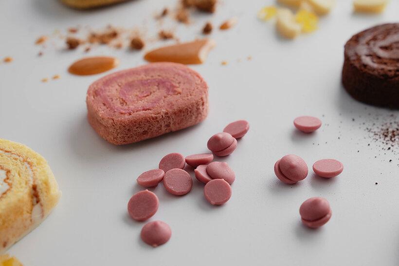 小麦粉不使用で口溶けなめらかなルビーチョコレートのしっとりもちもちの生地に、 フランボワーズとルビーチョコレートのガナッシュを巻き、柔らかな酸味と甘味に仕上げました。 チョコレートには着色料もフルーツフレーバーも入っていない、ルビーカカオ豆から生まれた新しいフルーティーな「ルビーチョコレート」を生地にも中のガナッシュにも贅沢に使用しています。