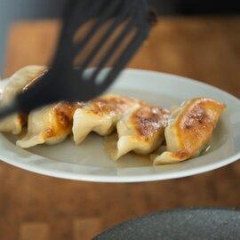 冷凍餃子   ※ 注文は4人前以上でお願いします。味の組み合わせは自由