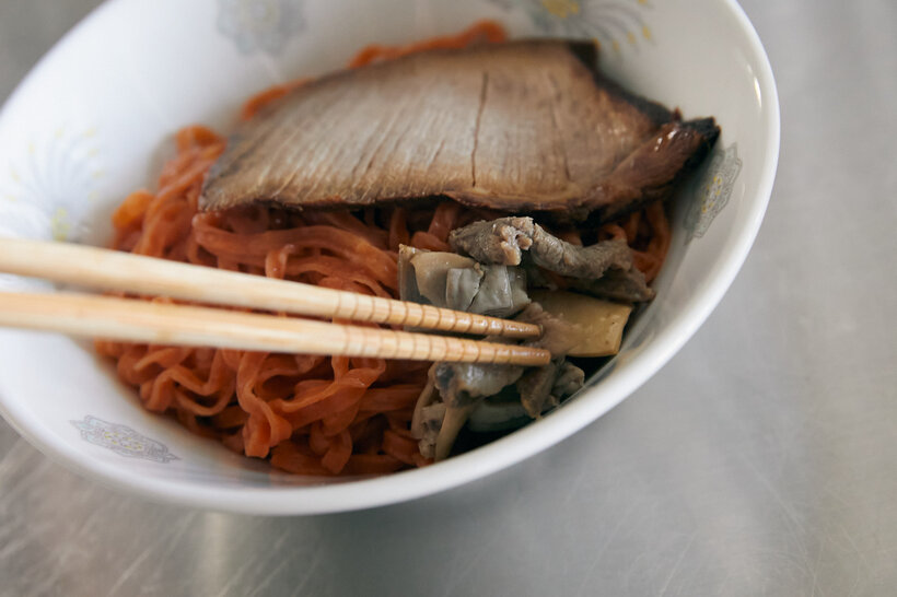 達磨食堂のつけめんは具のチャーシューとホルモンを麺の上にのせてください。