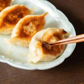 焼き餃子16個(8個入り2パック) 特製ココナッツだれ付