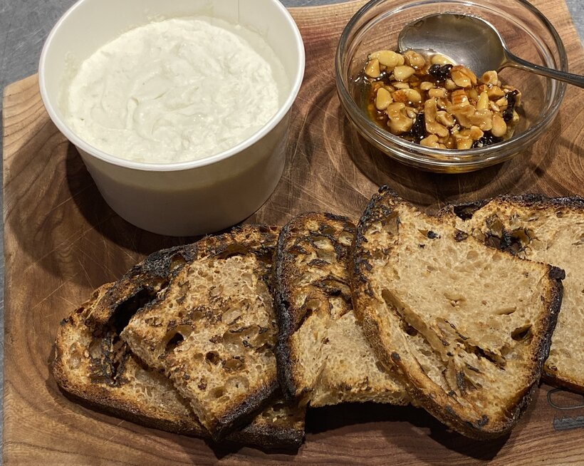 盛り付けの一例です。そのままでも美味しいですが、ぜひお好みのパンを焼いてご一緒に。