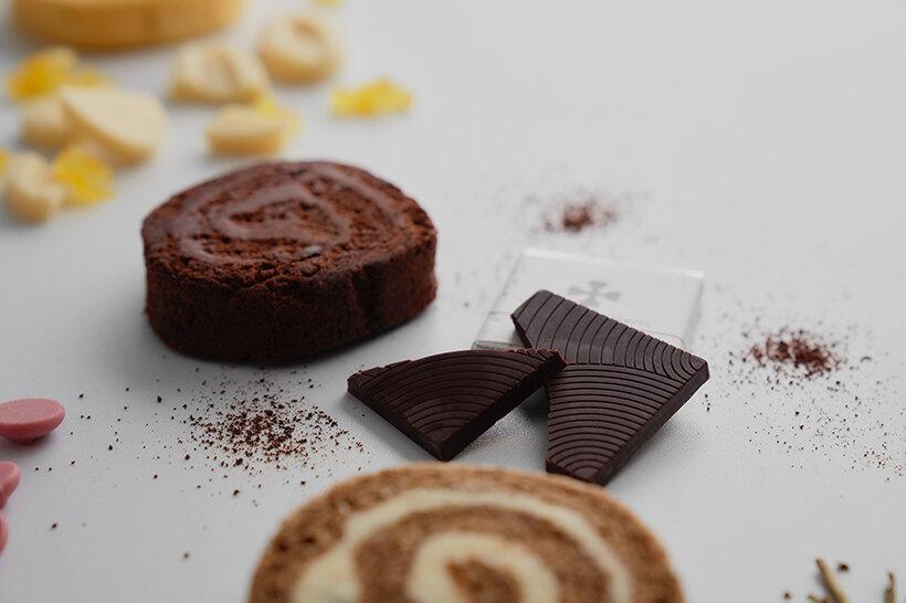 砂糖不使用の糖質コントロールチョコレート、ショコラユニバースを使用した濃厚なショコラロールです。 また小麦粉も不使用のため、なめらかで柔らかな食感です。 糖質量の気になる方にもおすすめの一品。  こちらは半解凍でも、ひんやりと大変美味しく召し上がって頂けます。